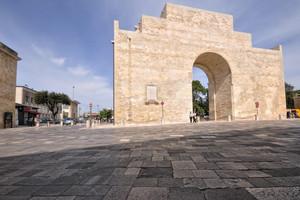 un antico arco nella Lecce barocca