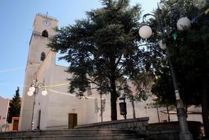 Tre alberi, due lampioni, una piazzetta, una chiesa