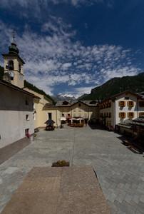 Piazza Tache , una vista sul Monte Rosa