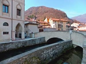 Un ponte per tre canali