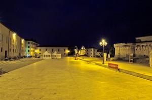Piazza con castello 2