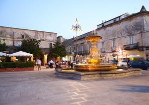 E' quasi sera in Piazza Umberto….
