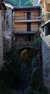 Un ponte tra le case