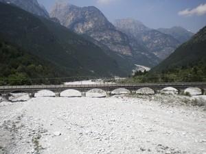 Ponte di pietra sul letto di sassi
