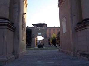 Attraverso la porta ad arco a Piazza della Libertà