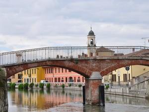 Un campanile spunta dal ponte