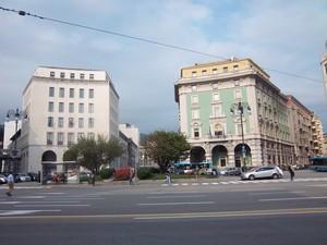 Sotto lo sguardo dei due Maestosti  palazzi in Piazza Oberdan – Trieste