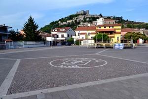""""""" Il borgo, la chiesa, la piazza """" – Piazza G. Garibaldi – Vairano Patenora."""