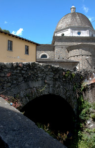 Un ponte di pietra sotto la cupola