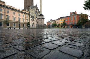 Piazza con pioggia