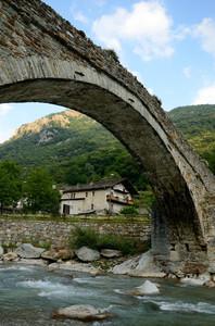L'arco del ponte di Lillianes
