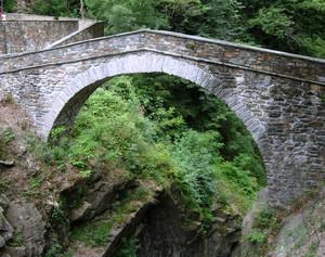 Passaggio  ponte pedonale su orrido di s.Anna