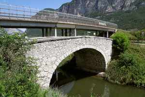 Sembrerebbe che il vecchio ponte sostenga quello più recente