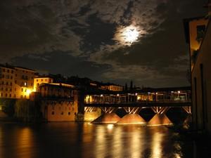 Ponte vecchio sotto la luna piena