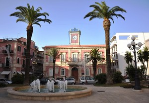 Piazza Guglielmo Marconi con l'ex Municipio