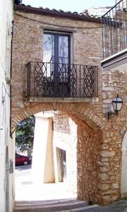 Ponte tra edifici noto come Arco dei carabinieri