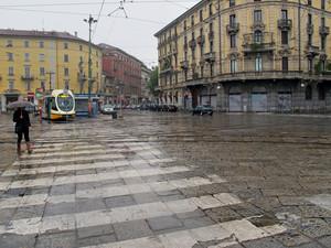 In piazza, a Porta Genova, sotto l'ombrello