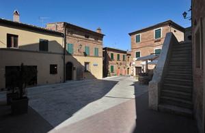 osservando la stupenda Piazza del Pozzo a Chiusure
