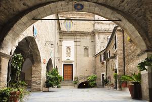 Piazza San Giovanni e l'ampio porticato