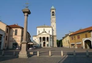 La piazza con la basilica