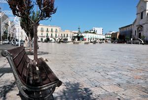 Piazza con Tritoni