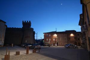 Urbisaglia (MC): Piazza Garibaldi e la luna