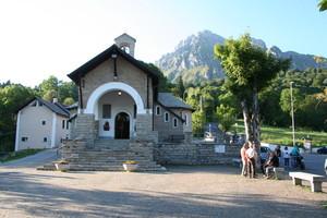 Pian dei Resinelli, Piazza della Chiesa