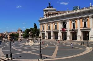 Solo qualche turista in Piazza del Campidoglio