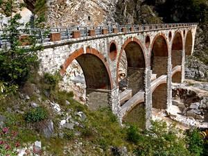 Il ponte nella montagna di marmo…