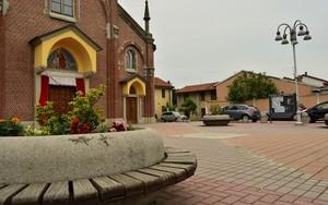 nel piccolo borgo, una piccola piazza