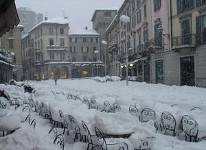 PIAZZA XX SETTEMBRE, la neve è servita sui tavolini dei bar