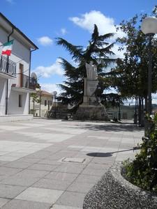 Grande Monumento Su Piccola Piazza!