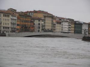 sotto il ponte un fiume in piena
