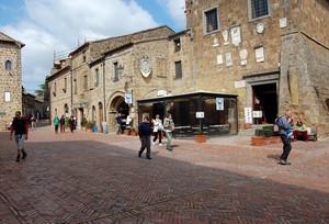 La piazza di Sovana