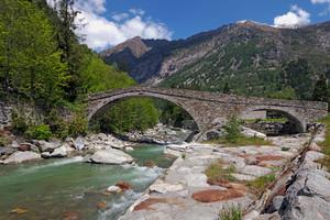 Il ponte romano (ricostruito dopo l'alluvione) di Gaby
