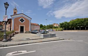 Una grande piazza per una chiesa piccola