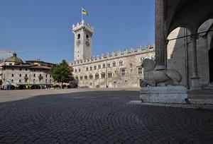 un leone a guardia di piazza Duomo