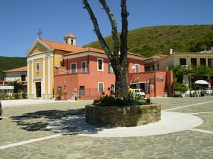 La piazzetta di Ogliastro Marina