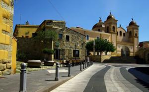 Piccola piazza del Municipio e grande chiesa