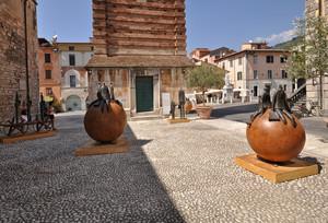 sculture in piazza
