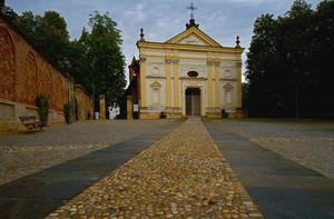 L'antica Parrocchia . Piazza omonima dalla Porta del Roero.