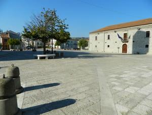 Solitario in una grande piazza