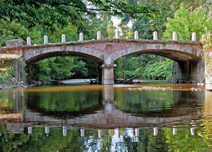 Ponte delle Catene immerso nel verde del Parco di Monza
