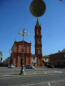 Piazza Farini sulla quale spicca la Chiesa Arcipretale