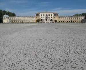 Piazza Paolo Camerini con Villa Contarini.