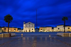 Piazza Grande. Panoramica dalla porta Udine