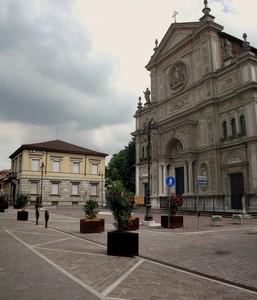 La piazza con la sua chiesa