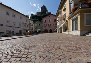 La piazza con la guardia del castello