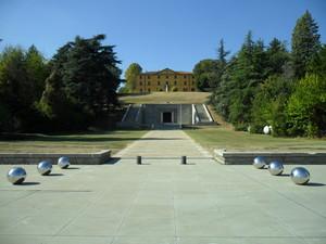 Il piazzale antistante il Mausoleo a Giuseppe Marconi