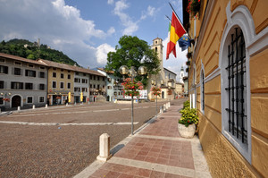 bandiere in piazza A. de Gasperi